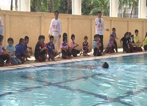 เด็กโคราชแห่ฝึกเอาตัวรอดไม่ให้จมน้ำตาย