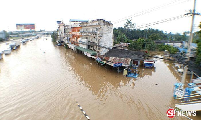 ประมวลภาพน้ำท่วมเมืองเพชรบุรีเข้าขั้นวิกฤต ถ.เพชรเกษมติดสาหัส
