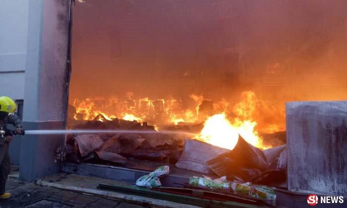 พนักงานวิ่งหนีตาย ไฟไหม้โรงงานโออิชิที่นิคมฯนวนคร