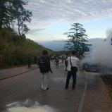 เพชรบูรณ์ ไฟไหม้รถตู้โดยสารรับนักท่องเที่ยวขึ้นภูทับเบิกวอดทั้งคัน