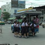 เสียวไส้!  นักเรียนหญิงพลัดตกรถสองแถวหวิดถูกรถตามหลังทับ โชคดีบาดเจ็บเล็กน้อย