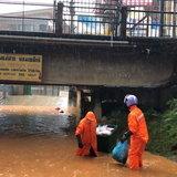 ฝนตกหนักแม่น้ำสายเพิ่มปริมาณท่วมร้านค้าและถนน
