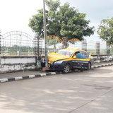 โชเฟอร์แท็กซี่จะไปรับลูกค้าเกิดวูบทำรถพุ่งชนเสาไฟฟ้าข้างทางโชคดีเจ็บเล้กน้อย