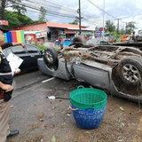 ซิ่งสะพรึง! กระบะซิ่งท้าฝนแหกโค้งชนเสาไฟฟ้าปลิวข้ามเลนพลิกค่ำ-คนขับสาหัส