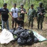 ตชด.445 ร่วมกับทหารชุดควบคุมป้องกันชายแดน จับวัยรุ่นขนใบกระท่อม ในป่าใกล้ถนนเลียบชายแดนไทย-มาเลเซีย ในพื้นที่ อ.เบตง จ.ยะลา