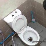 ห้องน้ำจุดเกิดเหตุ พบงูโผล่หัวจากชักโครก