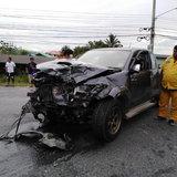 กระบะเสียหลักพุ่งข้ามเลนส์ ชน รถตู้อย่างจัง คนขับร่างกระเด็นออกมาจากรถ เสียชีวิตคาที่
