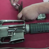 """จนท.ฝ่ายปกครองสนธิกำลังรวบหนุ่มซุก """"ยาบ้า-ปืนเอ็ม16"""" หลังนัดกิ๊กสาวมามั่วสุม"""