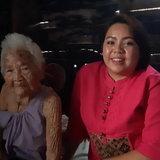 ยายคำม่อน ไชยพัฒน์ อายุ 102 ปี กับนางสาวพิไลลักษณ์ ไชยพัฒน์ หลานสาว