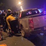 หวิดดับหมู่-วัยรุ่นซิ่งปิกอัพเสียหลักพุ่งชนท้ายรถหกล้อ-แม่ค้าก้นจ้ำเบ้ารวมเจ็บ 6 ราย