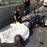 ถึงฆาต-หนุ่มวัย 24 ปีขี่ จยย.อัดท้ายสิบล้อตายคาที่ บนสะพานสูงย่านบางบัวทอง