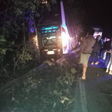 ระทึก! รถทัวร์แหกโค้งตกถนนก่อนพุ่งชนต้นไม้ ผู้โดยสารบาดเจ็บหลายราย