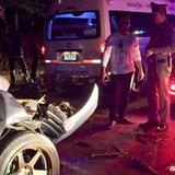 รถบรรทุกอ้อยไม่ติดสัญญาณไฟท้ายรถ คนขับรถปิกอัพพุ่งชนท้ายอย่างแรงบาดเจ็บสาหัสสองรายติดในรถ