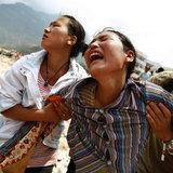 หญิงสาวร้องไห้ ตามหาญาติ ในเหตุการณ์ดินถล่มที่ทิเบต