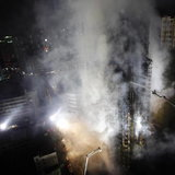 นักดับเพลิงพยามยามดับไฟไหม้ตึก ในเซี่ยงไฮ้