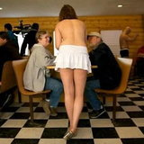 ร้านกาแฟให้พนักงานเสิร์ฟเปลือยกาย