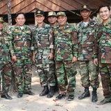 พล.ต.ฮุน มาเนต (คนที่3จากทางซ้าย)