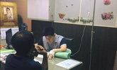 กราบหัวใจ คุณหมอรักษาคนไข้นับร้อย ทั้งที่มือยังเสียบสายน้ำเกลือ