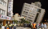 ประมวลภาพแผ่นดินไหวไต้หวัน 6.4 ขังกว่า 30 ชีวิตใต้ซากโรงแรม