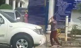 ชาวเน็ตแจงหญิงทุบรถ เผยเคยมีเหตุรถจอดขวางหน้าบ้านจนพ่อเสียชีวิต