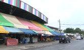 2 ตลาดยังเปิดปกติ ตร.กั้นแผงเหล็ก ห้ามจอดรถหน้าบ้านป้าทุบรถ