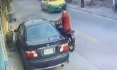 รวบเเล้ว หนุ่มขี่จักรยานยนต์ประกบเก๋ง ชักปืนทุบกระจก-ยิงคู่อริ