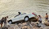 สุดเศร้า ผอ.โรงเรียนขับรถไปงานแต่งลูกชาย แหกโค้งตกแม่น้ำดับ