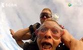 สาวช็อกหนัก ฟันปลอมหลุดกลางอากาศ ขณะกำลังโดดร่มกับครูฝึก