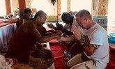 หนุ่มฝรั่งหัวใจพุทธ พาเพื่อนเข้าวัด สอนกราบพระและนำสวดมนต์