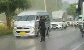 เปิดใจนายทหาร กอ.รมน.กระบี่ โดดโบกรถหลบสายไฟฟ้าแรงสูงขาดกลางฝน