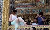 ไม่สนป้ายห้าม! ฝรั่งสาวนั่งถ่ายรูปบน 'ระเบียงวัดพระแก้ว'
