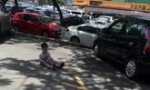 แม่ชาวมาเลย์ให้ลูกวัย 3 ขวบนั่งจองที่จอดรถอยู่ลำพัง คนเดียวกว่าครึ่งชั่วโมง