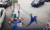 มือใหม่หัดขับ สาวจีนออกรถดึงตู้จ่ายน้ำมันล้ม พนักงานปั๊มเจ็บ