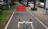 แบบนี้ก็ได้เหรอ? แก้ปัญหามอเตอร์ไซค์วิ่งทางจักรยาน ด้วยการเอาแผงเหล็กกั้น