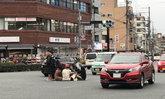 แบบนี้ก็ได้หรือ? หนุ่มสาวนักศึกษาจับกลุ่มนั่งซดชาบูกลางถนน