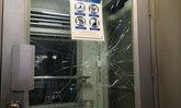 """""""ชายพิการ"""" ชกกระจกลิฟต์บีทีเอสประท้วง"""