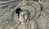 ไร้มารยาทสุดๆ นักท่องเที่ยวจีน ขึ้นปีนเศียรพระหวังถ่ายภาพ