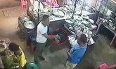 วิจารณ์สนั่น! ชายแต่งกายคล้ายตำรวจ ชักปืนขู่คนขับสิบล้อในร้านโจ๊ก