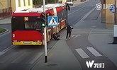สาวถูกเพื่อนแกล้งกระแทกล้ม ล้อรถเมล์หวิดทับหัวดับสยอง