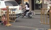 ยอมใจจริงๆ ชายจีนไม่อยากให้เมียเดินเยอะ ลงทุนตัดรั้วกั้นถนนถึง 2 ครั้ง