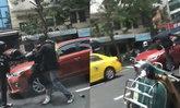 หัวร้อน! คว้าหมวกกันน็อกทุบเก๋งแดงกลางถนน สาวทำทีห้าม ตอนท้ายทุบด้วย