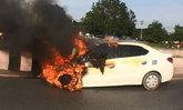 หนุ่มฝืนความเพลีย ขับเก๋งหลับในชนท้ายกระบะ ไฟลุกพรึ่บกลางถนน