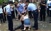 สาวจีนกัดลิ้นแฟนหนุ่มไม่ยอมปล่อย ตร.ถึงกับต้องใช้แก๊สน้ำตา