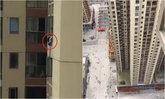 เด็กหญิงปีนเล่นนอกหน้าต่างตึกชั้น 43 ตัวห้อยกลางอากาศสุดหวาดเสียว (มีคลิป)