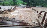 สะพานเหล็กยังขาด พิษฝนน้ำป่าไหลทะลักตัดขาดพื้นที่ท่าสองยาง