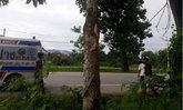โจ๋ซิ่งมอเตอร์ไซค์ เสียหลักชนต้นไม้ ร่างลอยละลิ่ว 2 เมตร ก่อนตกลงมาดับคาที่