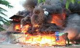 """ไฟไหม้ """"ตลาดโรงเกลือ"""" สินค้ากลายเป็นเชื้อเพลิง หลายชั่วโมงยังดับไม่ได้"""