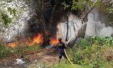 ลุกพรึ่บ! ไฟไหม้ป่าหญ้าโผล่อีก-ชาวบ้านขนของหนีตายก่อนแจ้งดับเพลิงฉีดน้ำสกัด
