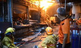 ไฟไหม้ตึกแถวตลาดกลางเมืองอุดร 12 ชั่วโมงยังคุกรุ่น จนท.ปาดเหงื่อดับเพลิงต่อ