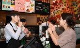 """ร้านกาแฟชื่อดังในจีน เปิดตัว """"คาเฟ่แห่งความเงียบงัน"""" ไม่ต้องใช้เสียงพูด"""